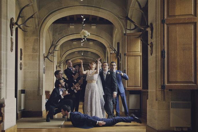Photo de groupe originale dans un lieu de réception lors d'un mariage