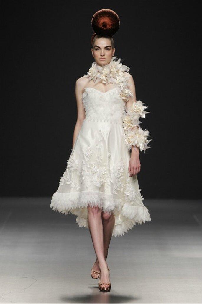 Vestido de novia Jorge Terra 2012 con escote marcado y adornos con plumas - Ugo Camera Ifema