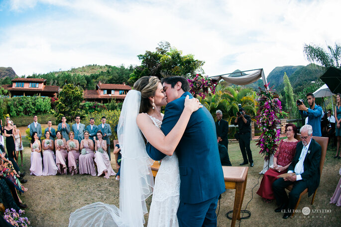 Noivos dizem sim no altar de casamento Boho Chic