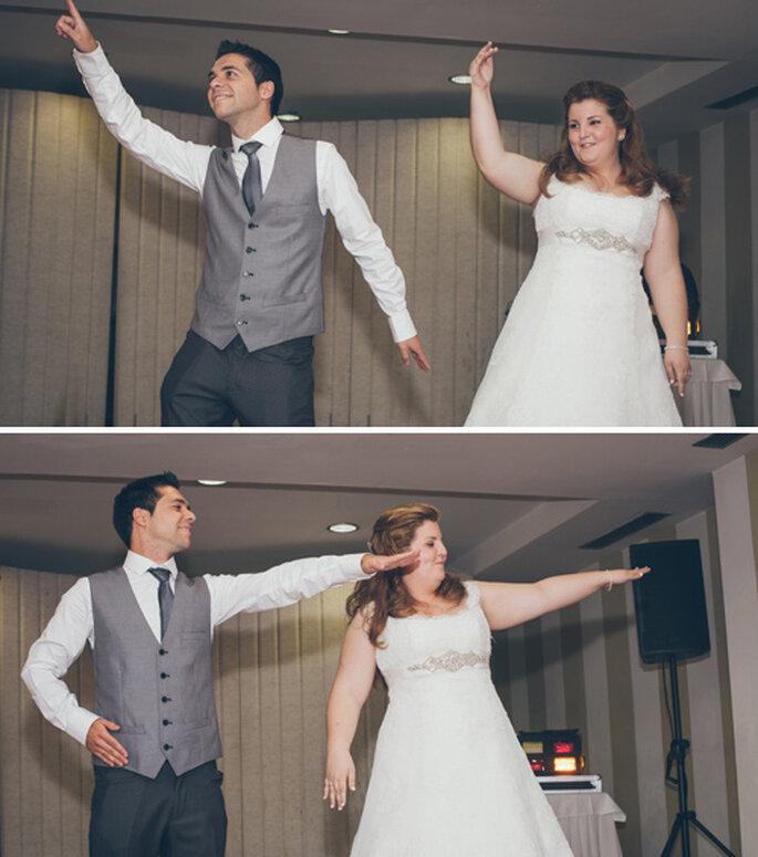 Novios que bailan una coreografía en su boda. Foto: Nano Gallego