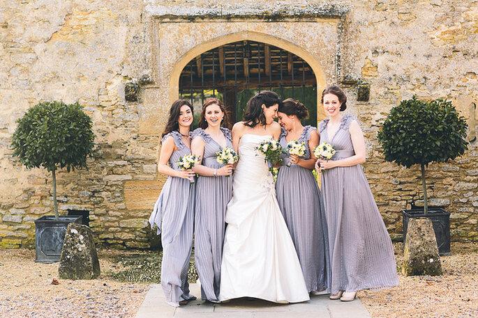 Madrinas con vestidos similares en tonos lavanda. Foto: Albert Palmer