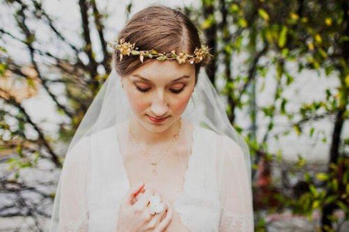 Corona realizzata con rametti di vite e fiori gialli a sorreggere il velo. Foto: Mignonne Handmade