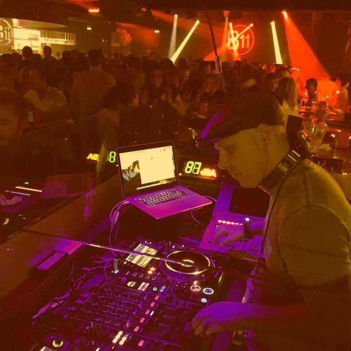 DJ Malkovitch - Derrière les platines, DJ Malkovitch met le feu à la piste de danse