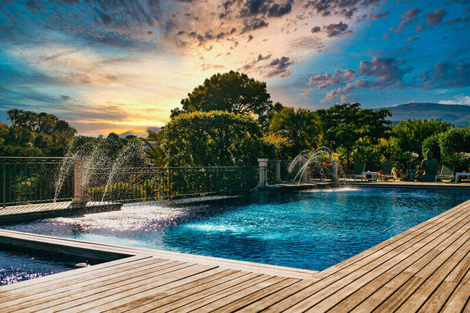 Terre de Rêve : une piscine à l'eau turquoise dans un cadre verdoyant et arboré où peuvent se baigner les invités d'un mariage