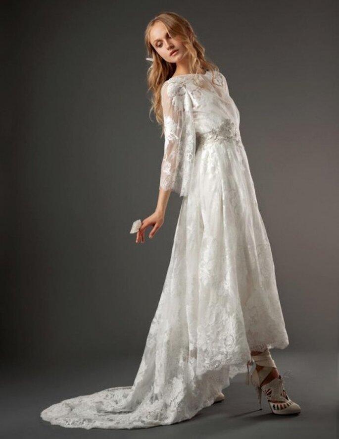 Vestido de novia romántico con mangas anchas, cauda asimétrica y bordados inspirados en la naturaleza - Foto Elizabeth Fillmore