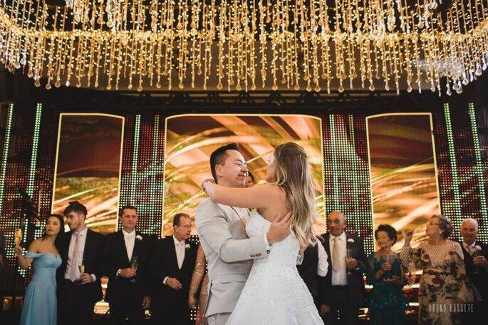 Noivos na primeira dança no Buffet Almeida Pires