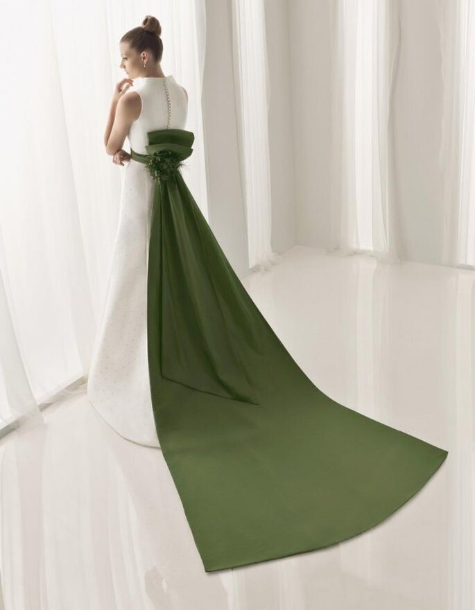 Vestido de novia con cola-lazo verde. De Aire Collection