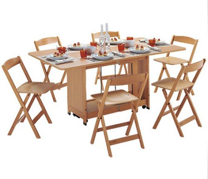 Tavolo COPERNICO,pieghevole e può contenere fino a 6 sedie.