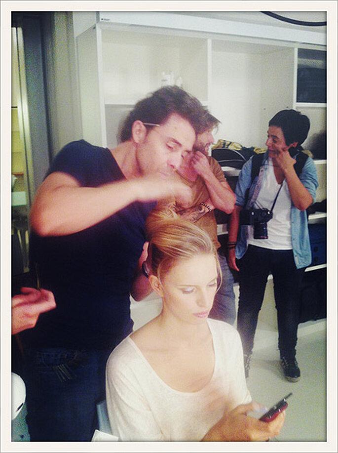 Moncho Moreno, director de estilismo del desfile, prepara el peinado de Karolina Kurkova en el backstage. Foto: Moncho Morenoackstage