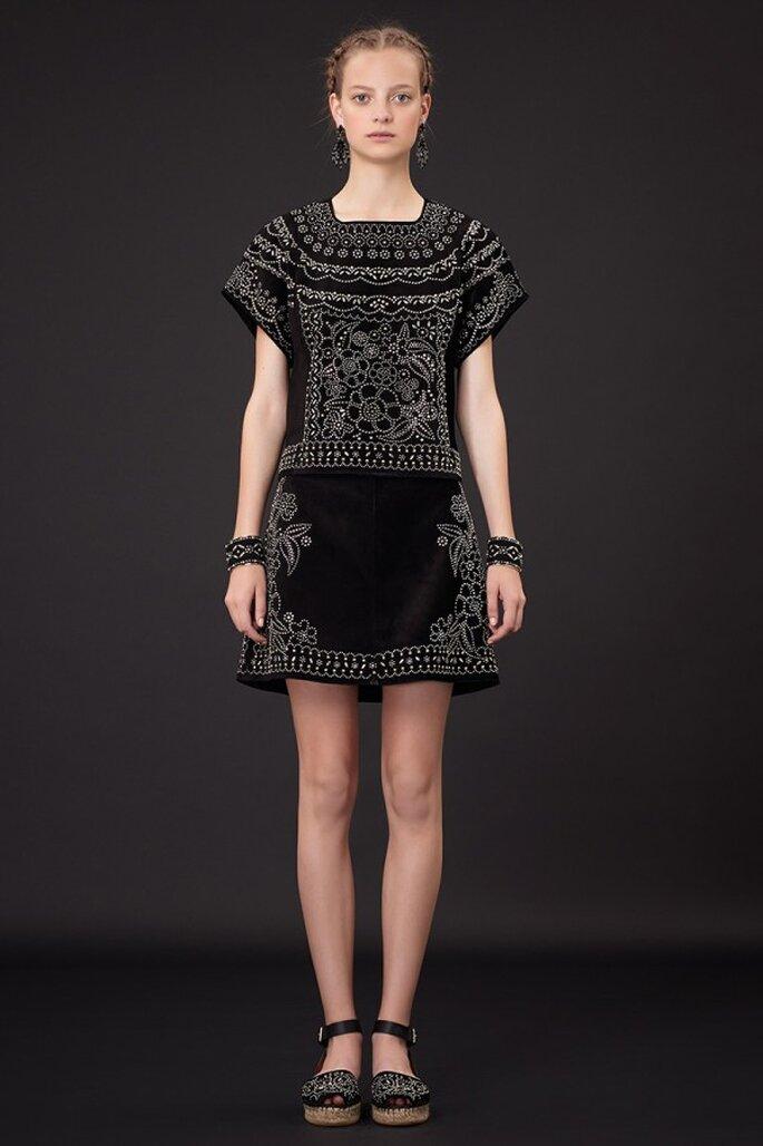 Vestido de fiesta 2015 en color negro con silueta rectangular y bordados con hilos color blanco en patrones de estética tehuana - Foto Valentino