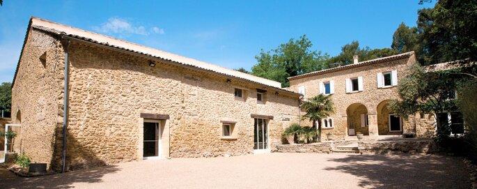 Abbaye du Grand Gigognan - fait de pierres, il dévoile un caractère authentique