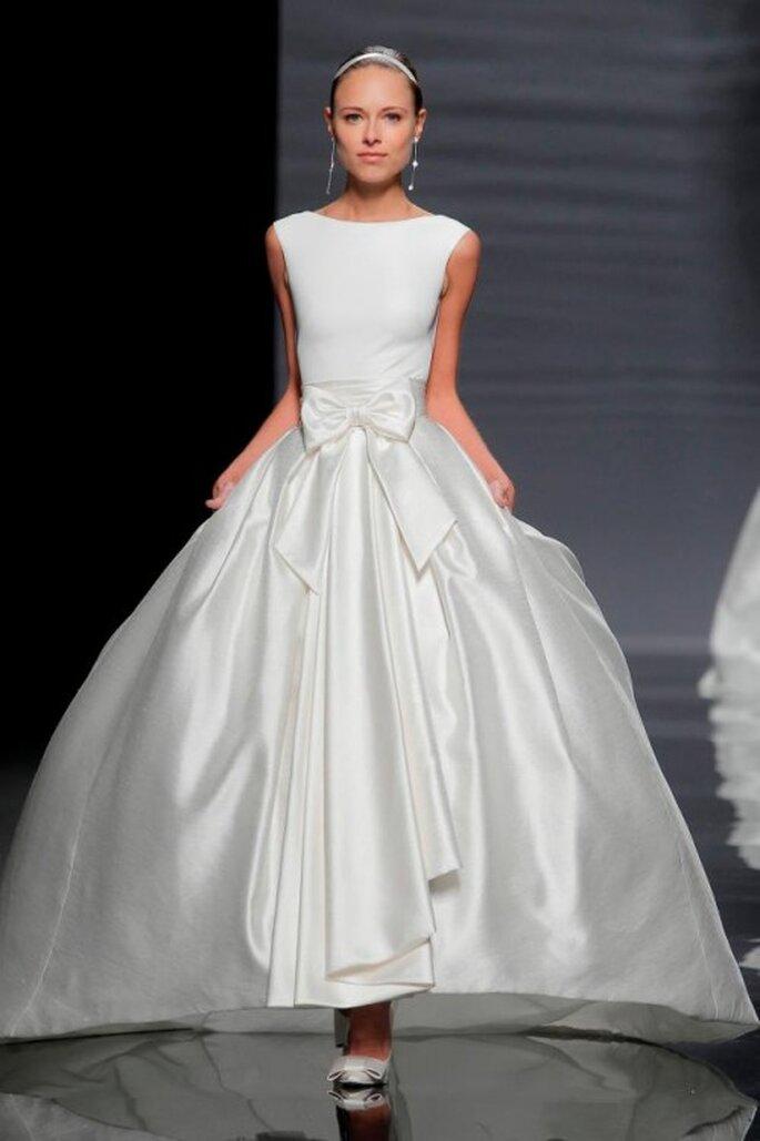 Vestido de novia con detalle de lazo al frente - Foto Rosa Clará