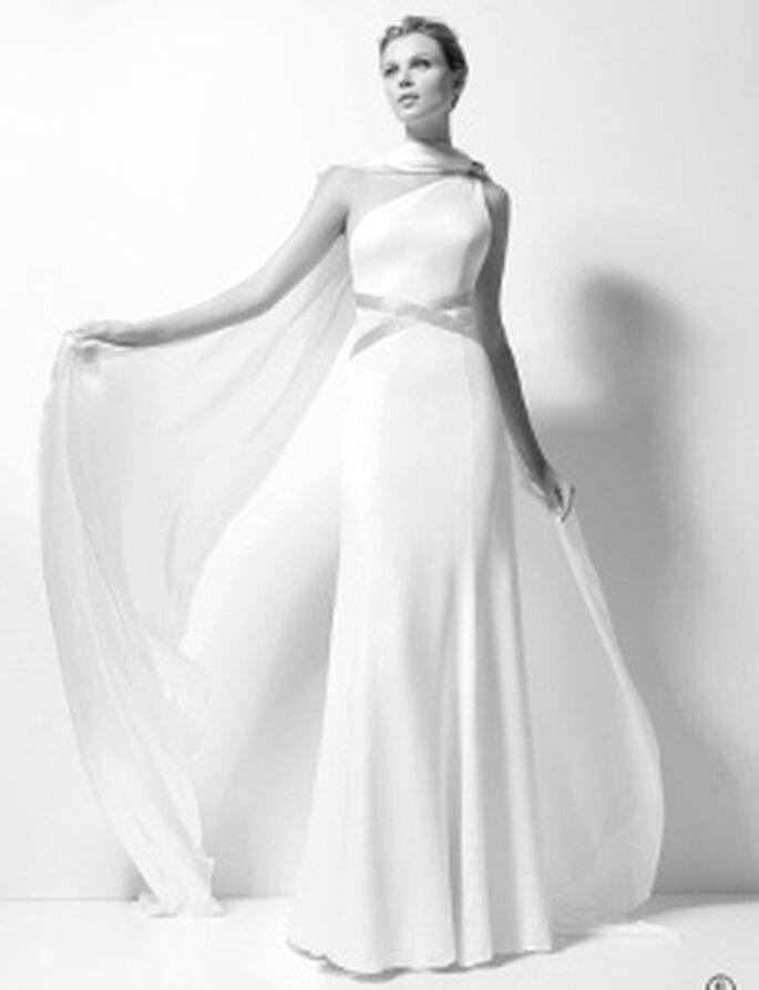 Karl Lagerfeld 2010 - Xenobia, vestido comprido, decote transversal, com cinto alto e detalhe de corrente no pescoço