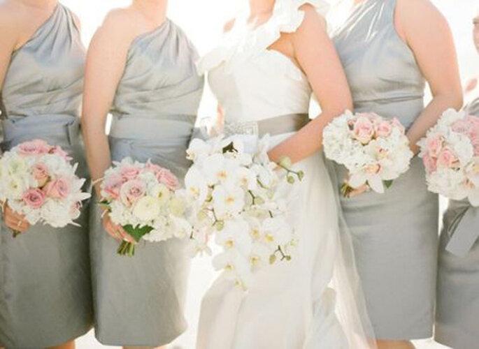 Vestidos para damas de honor de un hombro. Foto por KT MerryPhotography.