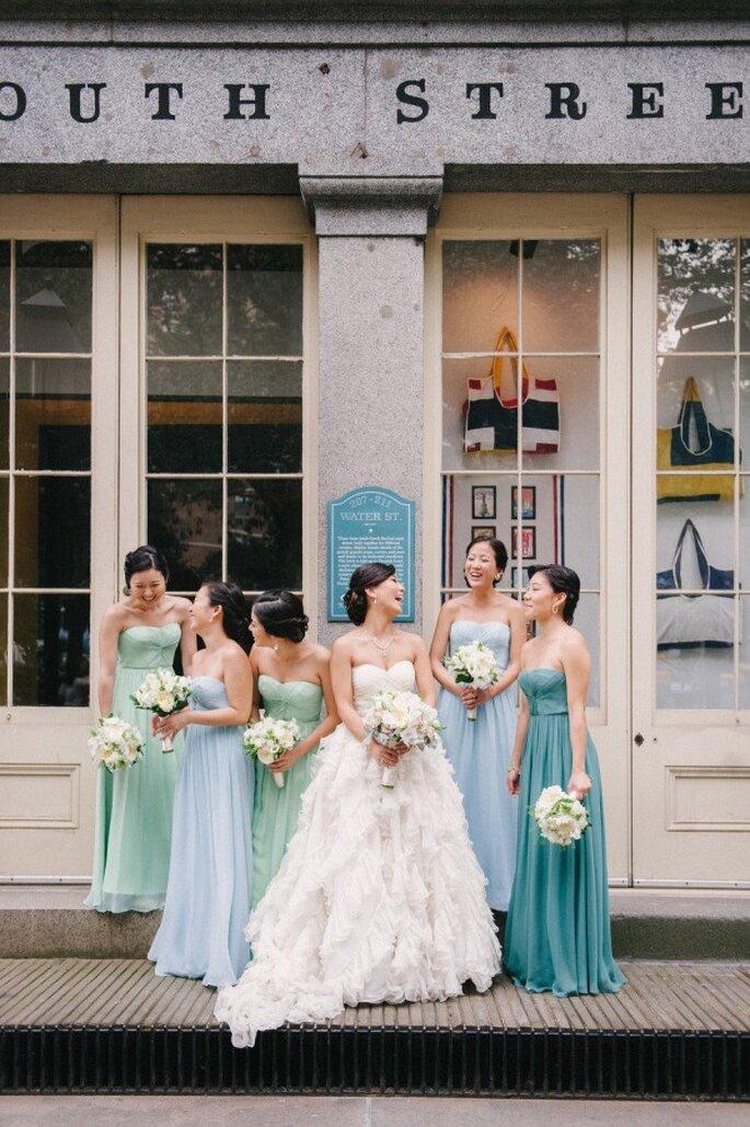 La diferencia de colores en los vestidos de tu dama hará más impactante tu boda - Foto Judy Pak Photography