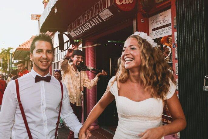 noivos gargalham após casamento na Espanha