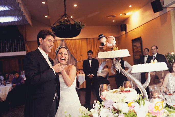 Gemeinsames Anschneider der Hochzeitstorte. Foto: Fran attitudefotografia.com