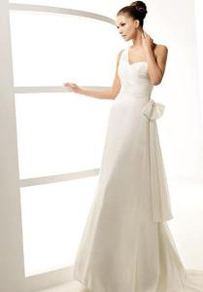 La Sposa 2010 - Labor, vestido largo de líneas diagonales, escote transversal, detalle moña