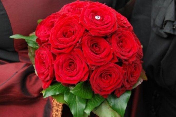 Ein klassischer Brautstrauß mit roten Rosen. Photo: Jan Aichholz / pixelio.de