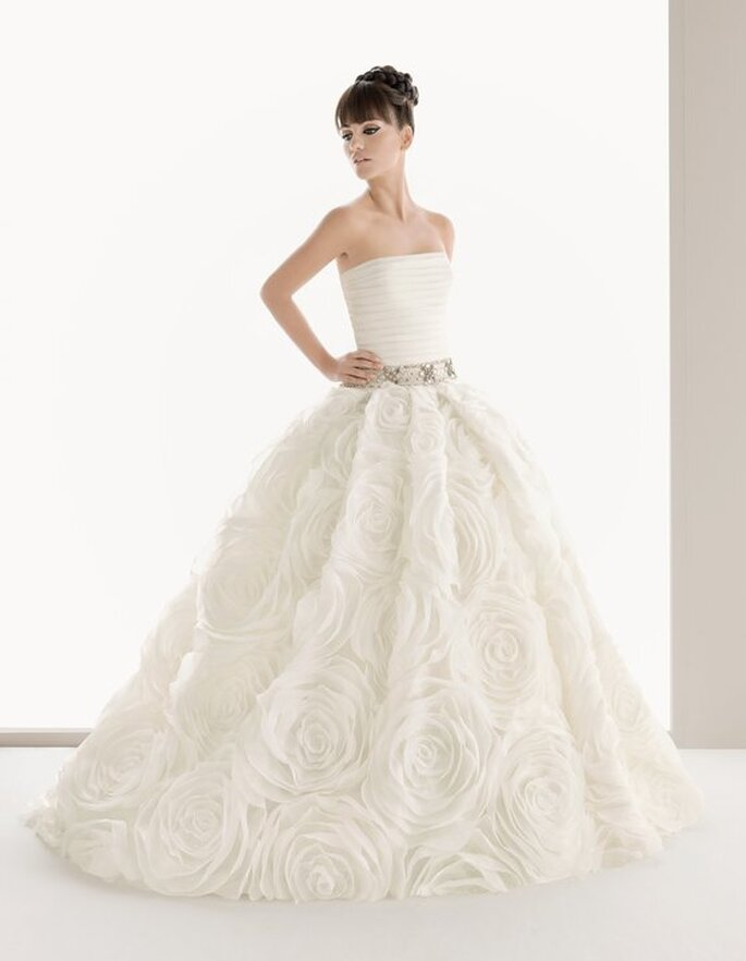 Vestido de noiva com cinto decorado com jóias - Aire