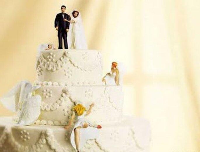 Novias trepando el pastel de boda