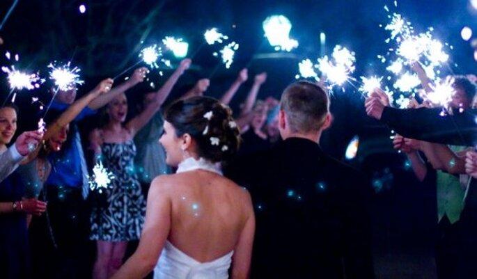 Enciende luces de bengala durante la fiesta de boda - Foto ercwttmn en Flickr