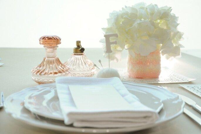 Lãs, alfinetes, rendas e frascos de vidro vintage