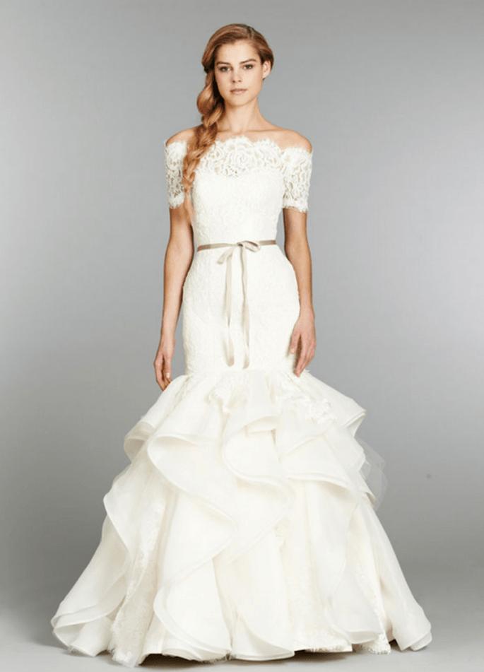 Vestido de novia corte sirena con hombros descubeirtos, mangas cortas confeccionadas con encaje y lazo en color tierra - Foto Hailey Paige en JLM Couture