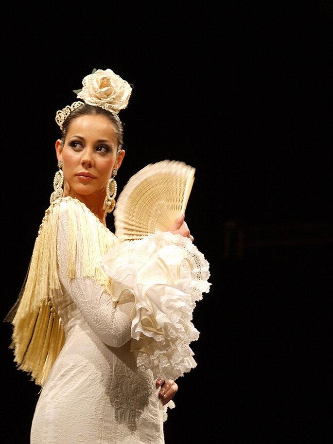 Un abanico como complemento para un aire flamenco en tu vestido de bodas