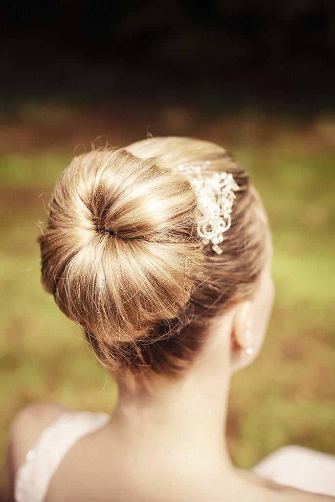 Auch der klassische Dutt liegt bei den Brautfrisuren 2012 hoch im Kurs - Foto: Gabriele Wundeberg