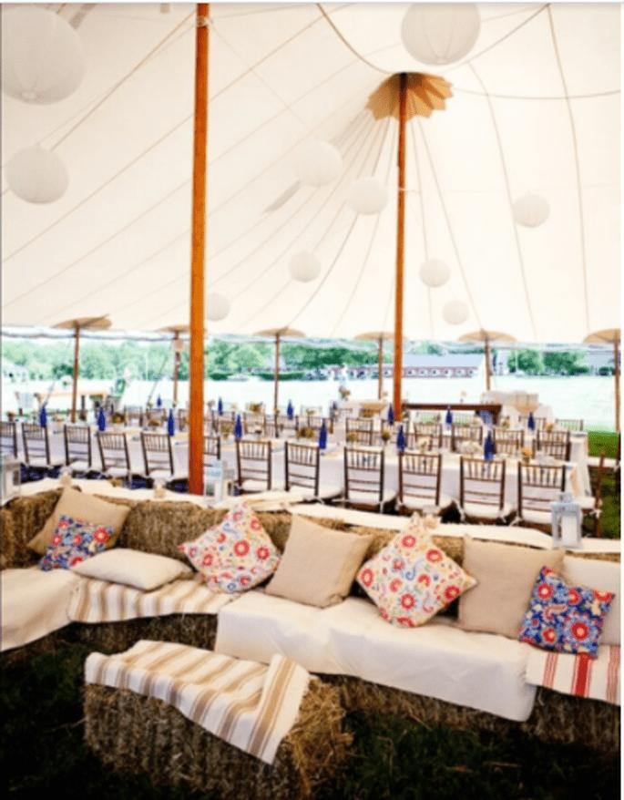 Tische unter einem halboffenen Zelt