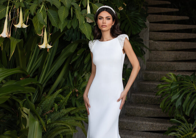 Vestido de noiva simples silhueta flit-and-flare com ombros incrustados com pérolas