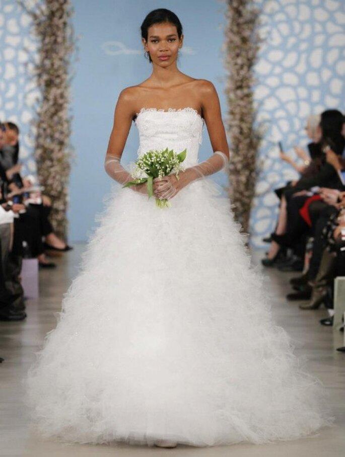 Vestido de novia corte princesa con escote strapless y falda confeccionada en tul - Foto Oscar de la Renta