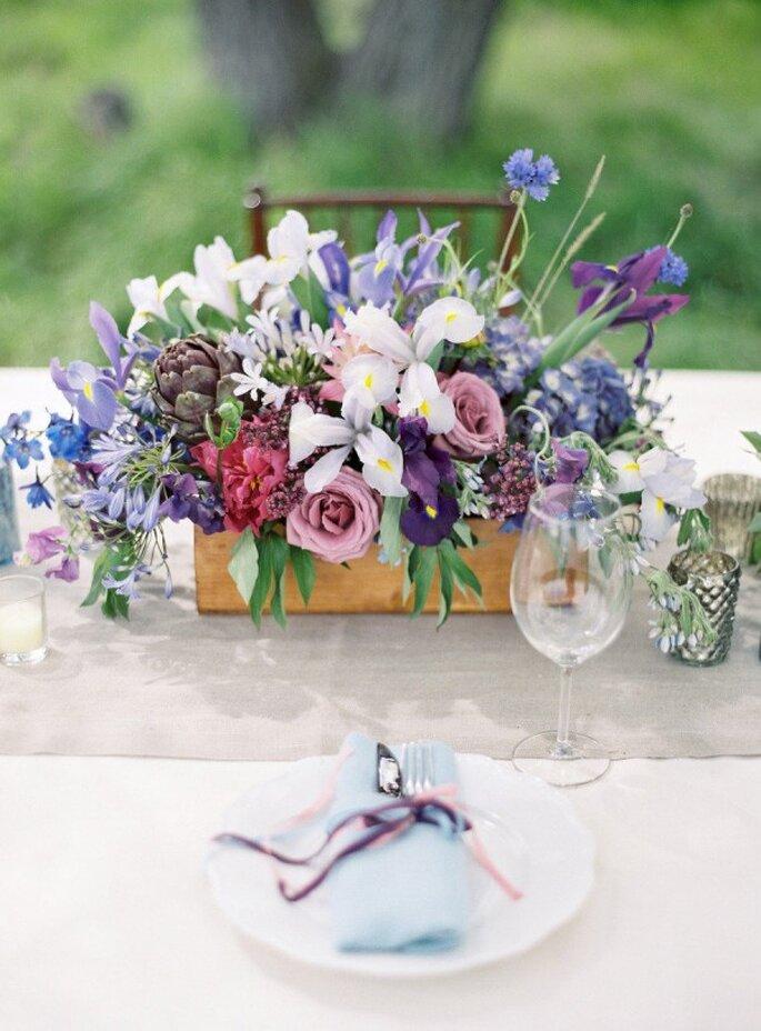 Detalles en color violeta para la decoración de tu boda - Foto Jose Villa Photography