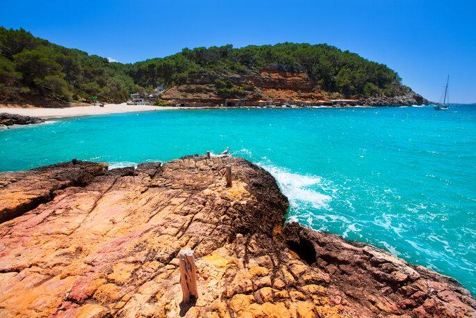 Cala Salada en San Antonio Abad en Ibiza, Islas Baleares, España.