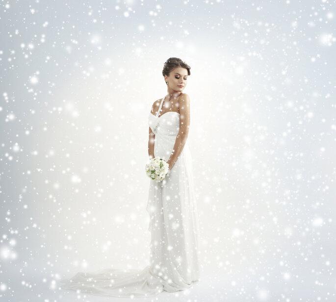 Novia con bouquet de rosas blancas. Foto vía Shutterstock