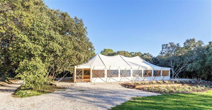 Superbe tente de réception pour un mariage, en bambou 100% naturel , pratique pour accueillir des invités et célébrer un mariage, située dans une forêt