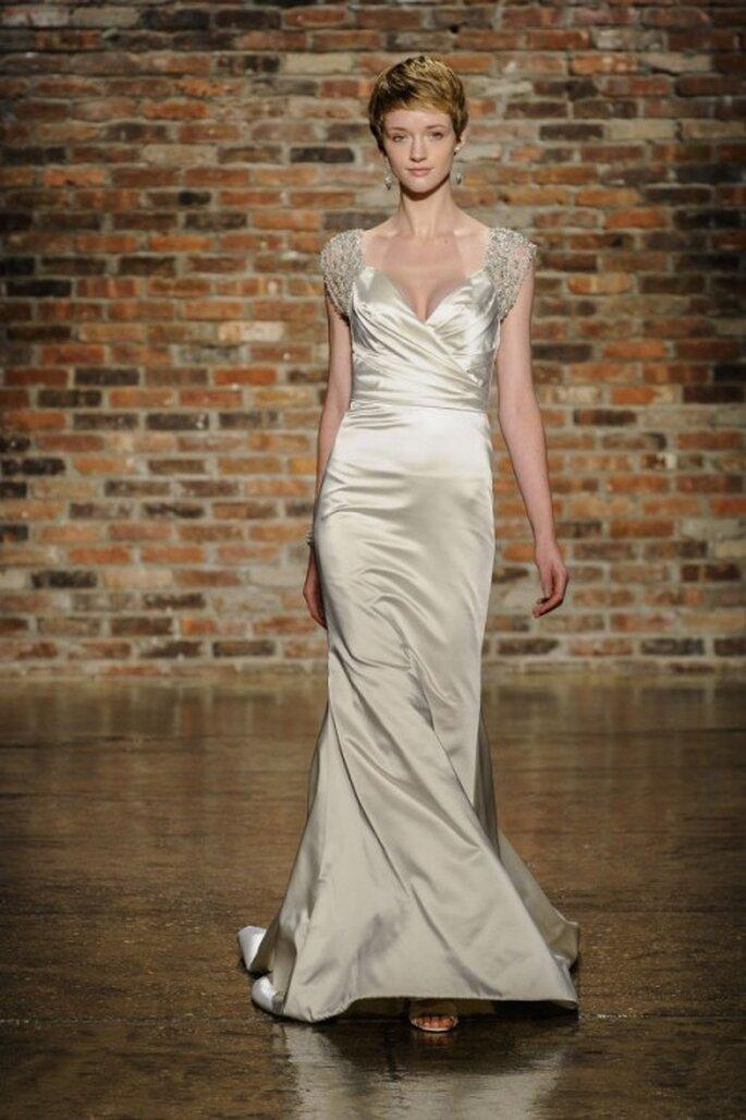 Vestido de novia con escote pronunciado y mangas cortas cubiertas de pedrería - Foto Alvina Valenta