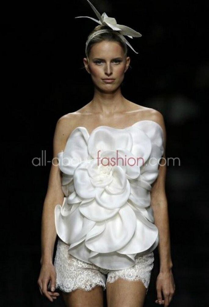 Karolina Kurkova a défilé à la Barcelona Bridal Week avec une mini-jupe en dentelle et une énorme fleur comme bustier. Manuel Mota pour Pronovias 2013 - Photo www.all-about-fashion.com