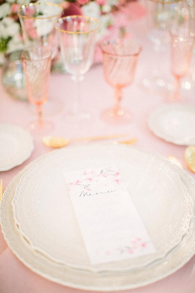 close up mesa casamento copos rosas vidro com dourado prato menu casamento floral cores pastel