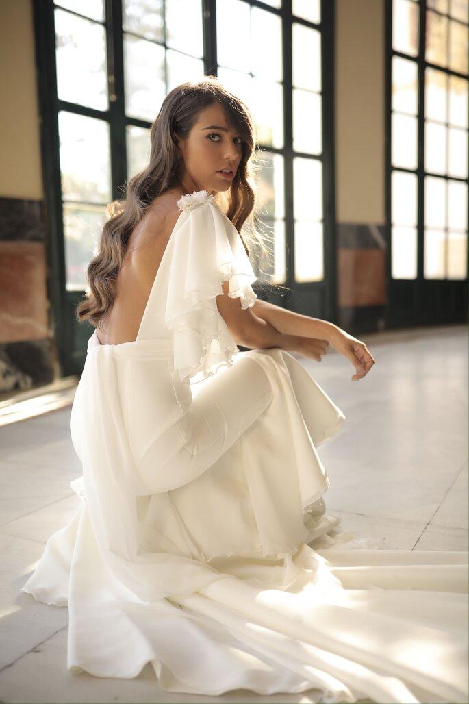 Vestido de novia moderno con corte de sirena y mangas de olanes con espalda abierta
