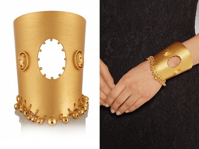 Accesorios en color dorado para una invitada fashionista - Paula Mendoza en Net a Porter