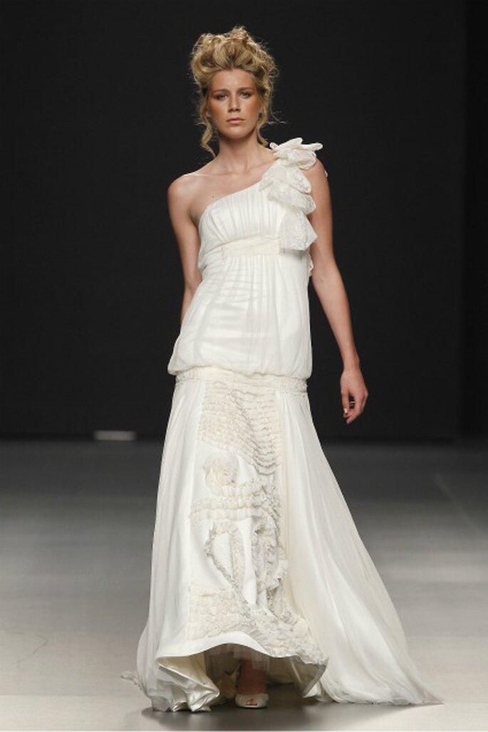 Vestido de novia Pol Nuñez 2012 con talle bajo y un hombro al aire - Ugo Camera / Ifema