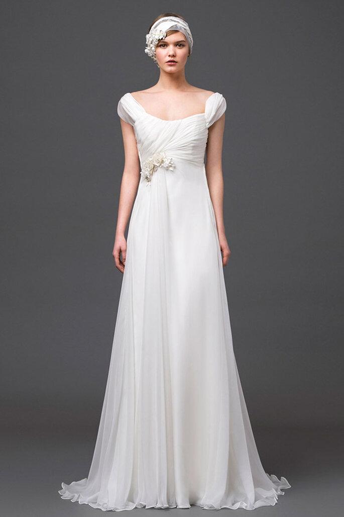 Vestido de novia romántico de mangas cortas y falda con elegante caída - Foto Alberta Ferretti