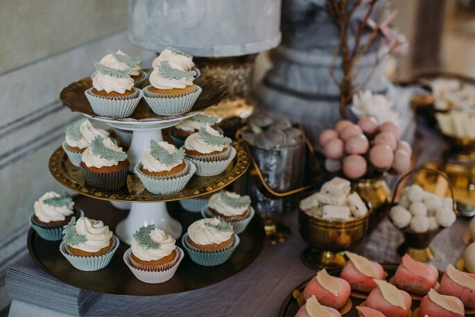 gausfotografie.de: Blick auf die Candy Bar mit Törtchen bei der Hochzeit im Herrenhaus.