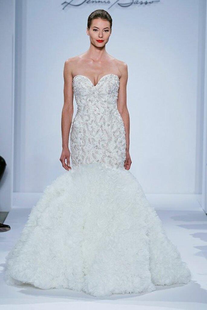 Vestido de novia corte sirena con escote corazón y bordados metalizados - Foto Dennis Basso