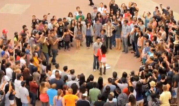 Amici, parenti e ballerini circondano la coppia. Sarà un sì? Foto: youtube.com