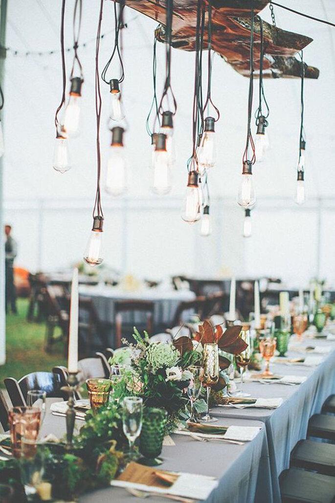 Hochzeitsdekoration Tisch moderne Deko mit hängenden Glühbirnen