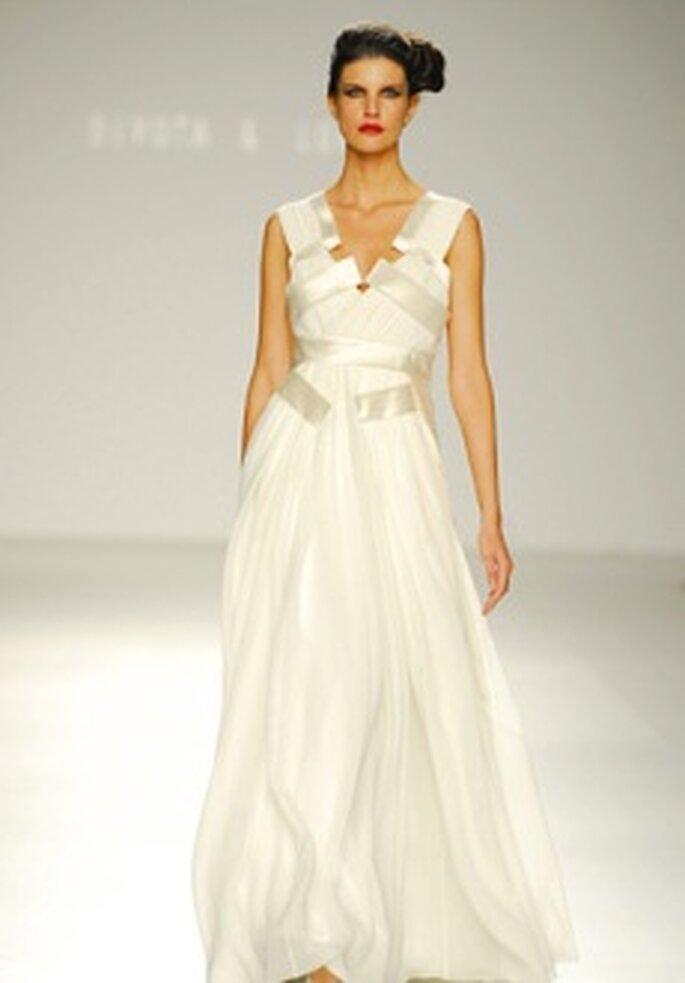 Devota & Lomba 2010 - Vestido de novia largo de talle alto, escote en V, detalle con cinturón brillante