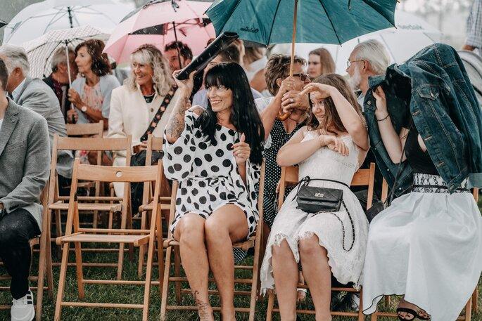Hochzeitsgesellschaft freie Trauung im Freien während Regen